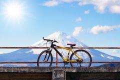 Bici de montaña hermosa en el puente concreto Fotos de archivo libres de regalías