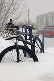 Bici de montaña parqueada en la nieve Fotos de archivo libres de regalías
