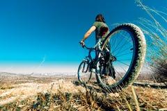 Bici de montaña y hombre joven Imagen de archivo libre de regalías