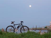 Bici de montaña y Luna Llena Fotografía de archivo libre de regalías