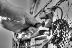 Bici degli ingranaggi che ripara E Fotografie Stock Libere da Diritti