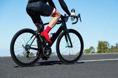 Bici del camino de ciclo de los hombres en el camino foto de archivo