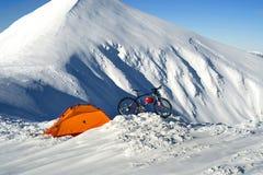 Bici del carbono en el top del invierno y esquiador-extremo Foto de archivo libre de regalías