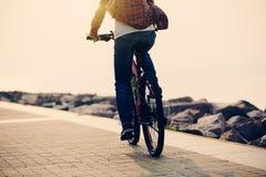 bici del montar a caballo del ciclista en la playa Imagen de archivo libre de regalías