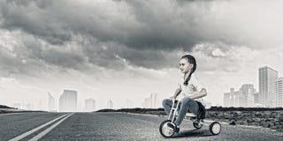 Bici del montar a caballo de la muchacha Foto de archivo libre de regalías