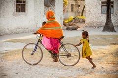 Bici del montar a caballo de la muchacha en Zanzíbar imagen de archivo