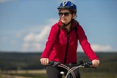 Bici del montar a caballo de la mujer Fotografía de archivo