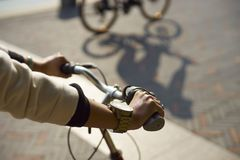 Bici del montar a caballo de la mujer Foto de archivo libre de regalías