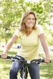 Bici del montar a caballo de la mujer Fotos de archivo