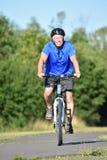 Bici del montar a caballo de Male Cyclist Smiling del atleta imágenes de archivo libres de regalías