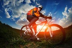 Bici del montar a caballo del ciclista en un sendero en las montañas Fotos de archivo libres de regalías