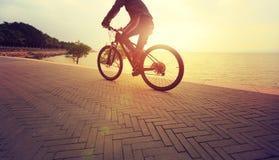 bici del montar a caballo del hombre de la forma de vida en la playa Imagen de archivo