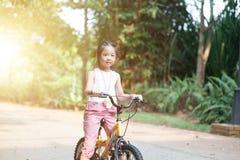 Bici del montar a caballo del niño al aire libre foto de archivo