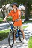 Bici del montar a caballo del niño del muchacho del afroamericano Foto de archivo libre de regalías