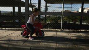 Bici del motor del juguete del montar a caballo del niño pequeño metrajes