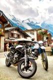 Bici del motore sulla via di Chamonix-Mont-Blanc Fotografie Stock