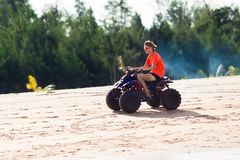 Bici del patio del montar a caballo del adolescente en la playa Imagen de archivo libre de regalías