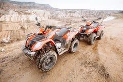 Bici del quadrato di ATV davanti al paesaggio delle montagne immagini stock