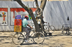 Bici del uso del Masai para el transporte Imágenes de archivo libres de regalías