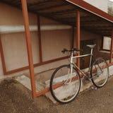 Bici del vintage en la foto de la calle Imagen de archivo libre de regalías