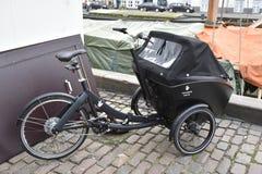 Bici della famiglia a Copenhaghen fotografia stock libera da diritti