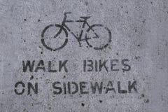Bici della passeggiata sul segno del marciapiede Immagine Stock Libera da Diritti