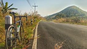 Bici della strada sulla collina Immagini Stock