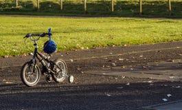 Bici di Childs nella sosta di autunno fotografie stock libere da diritti