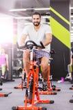 Bici di esercizio di allenamento dell'uomo Fotografia Stock Libera da Diritti