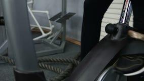 Bici di esercizio femminile del pedale del piede stock footage
