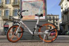 Bici di galleggiamento libera di Mobike che divide marca fotografia stock libera da diritti