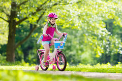 Bici di guida del bambino Bambino sulla bicicletta immagine stock