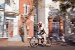 Bici di guida dell'uomo anziano Fotografia Stock