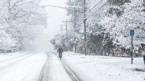 Bici di guida dell'uomo nella neve Immagine Stock Libera da Diritti
