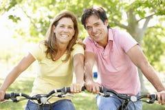 Bici di guida delle coppie Fotografie Stock