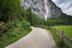 Bici di guida delle coppie in alpi Immagini Stock Libere da Diritti