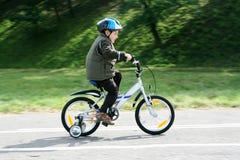 Bici di guida in un casco Fotografie Stock