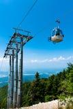 Bici di montagna sull'elevatore della cabina di funivia fotografia stock