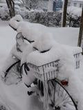 Bici di nevicata fotografia stock