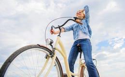 Bici di riciclaggio dell'incrociatore Enjoy La donna si sente libero mentre goda di di ciclare La maggior parte della forma soddi fotografie stock libere da diritti