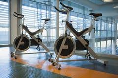 Bici di rotazione nello studio di forma fisica Fotografia Stock
