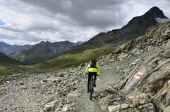 Bici di Scalettapass in discesa, cantone di Graubunden, Svizzera Immagine Stock