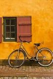 Bici e cottage Immagine Stock