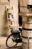 Bici e libri Immagini Stock