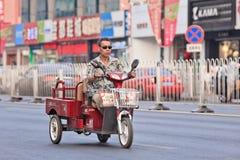 Bici eléctrica de la carga en el centro de ciudad, Pekín, China Foto de archivo libre de regalías