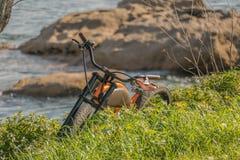 Bici eléctrica y naturaleza al aire libre fotos de archivo