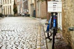 Bici en la calle holandesa del guijarro fotos de archivo