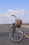 Bici en la carretera sin fin Foto de archivo libre de regalías