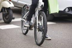Bici en la ciudad Tráfico urbano Actividad sana Pulgares abajo para la contaminación imagen de archivo libre de regalías