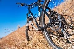Bici en la colina Imagen de archivo libre de regalías